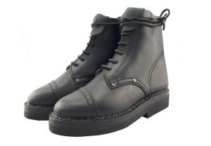 Scarpe nere in pelle di vacchetta con puntale cucito